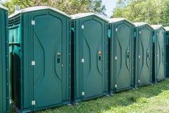 Lijn van draagbare toiletten Stock Foto