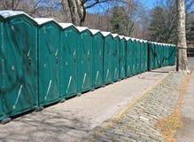 Lijn van draagbare toiletten stock afbeeldingen
