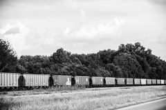 Lijn van Gesloten goederenwagens langs een Weg Stock Fotografie