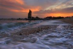 Lijn van golf met de mooie zonsondergang stock fotografie