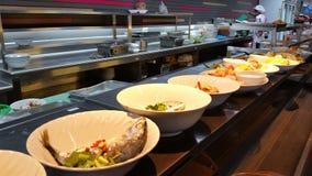 Lijn van het voedsel in de cafetaria stock foto