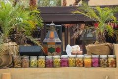 Lijn van ingeblikte groenten en vruchten op de lijsten bij de Arabische keuken Stock Fotografie