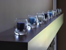 Lijn van kaarsen in glas, blauwe tint Royalty-vrije Stock Foto's