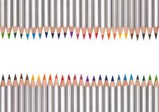 Lijn van kleurpotloden, op wit wordt geïsoleerd dat Stock Fotografie