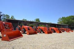 Lijn van Kubota-tractoren stock fotografie