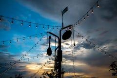 Lijn van lichten feestelijke decoratie in het restaurant Stock Afbeelding