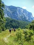Lijn van lopende mensen in de bergen van Montenegro Royalty-vrije Stock Fotografie