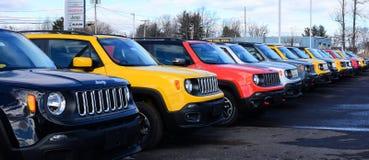 Lijn van nieuw Jeep Renegades voor verkoop bij handelaar Royalty-vrije Stock Foto