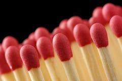 Lijn van rode matchsticks op zwarte achtergrond royalty-vrije stock foto