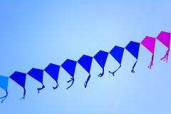 Lijn van vliegers in de hemel royalty-vrije stock fotografie