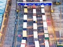 Lijn van vrachtwagens in haven Royalty-vrije Stock Foto