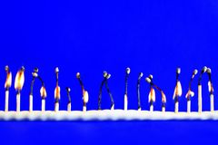 Lijn van zeventien gebrande veiligheidsgelijken op blauw royalty-vrije stock foto's