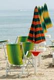 Lijn van zonbedden en parasols Royalty-vrije Stock Afbeeldingen