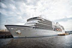 Lijnboot op zee pijler in Manaus, Brazilië Passagiersschip op bewolkte hemel Overzees vervoer en schip De zomervakantie en vakant stock fotografie