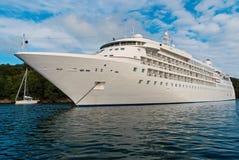 Lijnboot in overzees in Fowey, het Verenigd Koninkrijk Cruiseschip bij zeekust op bewolkte hemel De zomervakantie op tropisch eil royalty-vrije stock foto's