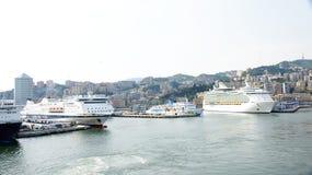 Lijnboten bij de haven worden gedokt die Stock Afbeeldingen