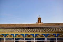 Lijnen en kleuren met een moskee en de blauwe hemel Stock Foto's