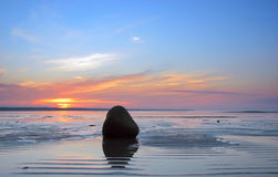 Lijnen en steen op het zand Stock Foto's