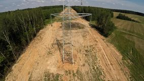 Lijnen met hoog voltage Het installeren van machtslijnen 105 stock footage