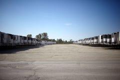 Lijnen van gekoelde semi aanhangwagens in een parkeerterrein stock afbeelding
