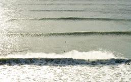 Lijnen van golven die in het overzees breken Stock Afbeeldingen