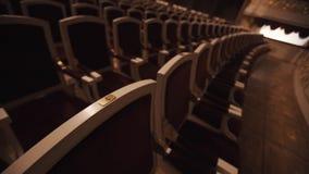 Lijnen van luxueuze stoelen met rode kussens in lege operazaal stock video