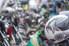 Lijnen van motorfietsen - straatscène van druk Seoel, Zuid-Korea stock foto