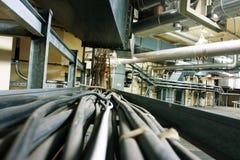 Lijnen van staalpijpleidingen, draden en kabels in een elektrische centrale Royalty-vrije Stock Afbeeldingen