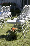 Lijnen van stoelen voor een openluchthuwelijk van het land Stock Foto