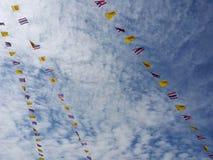 Lijnen van vlaggen in hemel royalty-vrije stock afbeelding