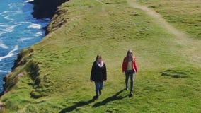Lijnhoofd bij Provincie Clare in Ierland - luchthommellengte stock videobeelden