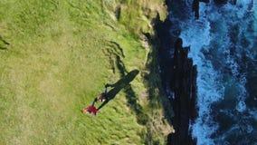 Lijnhoofd bij Provincie Clare in Ierland - luchthommellengte stock video