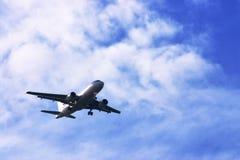 Lijnvliegtuig in bewolkte hemel Stock Afbeelding
