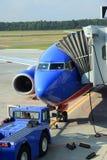 Lijnvliegtuig bij de poort stock foto