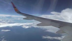 Lijnvliegtuig die boven de wolken, luchtvideo vliegen stock videobeelden
