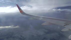 Lijnvliegtuig die boven de wolken, luchtvideo vliegen stock footage