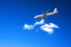 Lijnvliegtuig die tegen een blauwe hemel landen Royalty-vrije Stock Foto