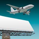 Lijnvliegtuig en aanplakbord Stock Foto's