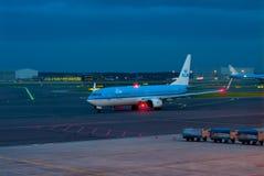 Lijnvliegtuig in nachtluchthaven Stock Foto