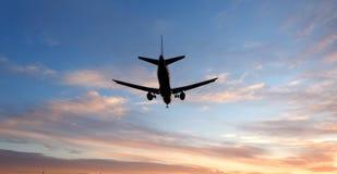 Lijnvliegtuig onder een wolk royalty-vrije stock fotografie