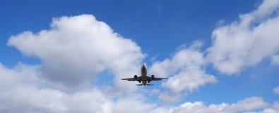 Lijnvliegtuig onder een wolk royalty-vrije stock foto's