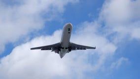 Lijnvliegtuig onder een wolk royalty-vrije stock foto