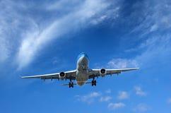 Lijnvliegtuig onder wispy wolken Royalty-vrije Stock Afbeeldingen