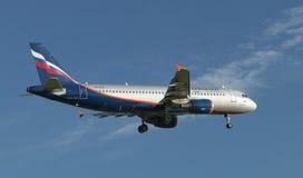 Lijnvliegtuig uitnodigen die bij de luchthaven in landen  royalty-vrije stock afbeelding