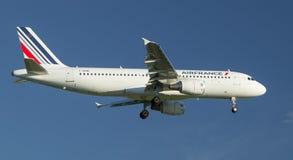 Lijnvliegtuig uitnodigen die bij de luchthaven landen alvorens in de avond te landen stock foto
