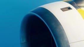 Lijnvliegtuig werkende straalmotor tegen blauwe hemel stock footage