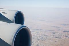 Lijnvliegtuigstraalmotoren en woestijnlandschap Stock Foto
