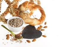 Lijnzaad, zonnebloemzaden, amandelen, pretzels Stock Fotografie