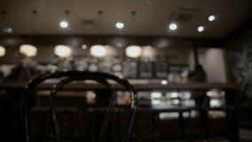 Lijst bij restaurant vage achtergrond stock footage
