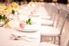 Lijst die bij een luxehuwelijk en Mooie bloemen plaatsen stock afbeelding